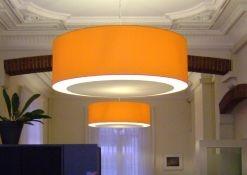 Oranje lampenkappen met blender