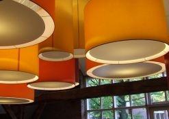 Oranje, gele en rode hanglampen met bodemplaat