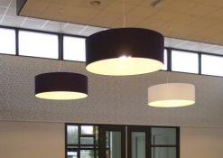 9 witte en paarse lampenkappen.