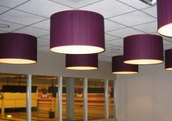 Paarse hanglampen bowlingbaan