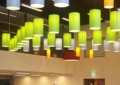 Driestar lampenkappen in de aula in de vorm van een vis