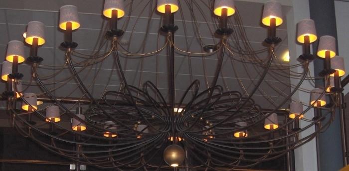 Voorbeelden lampenkappen gemaakt van behang for Kroonluchter kapjes