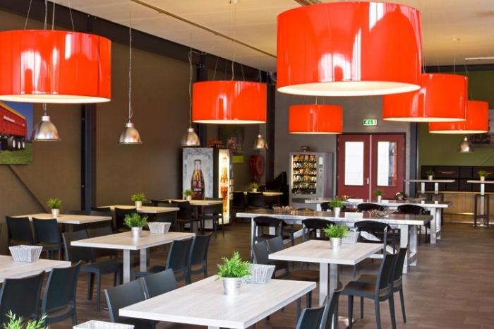 Lampenkappen van rood glanzend PVC geleverd aan Schuitemaker